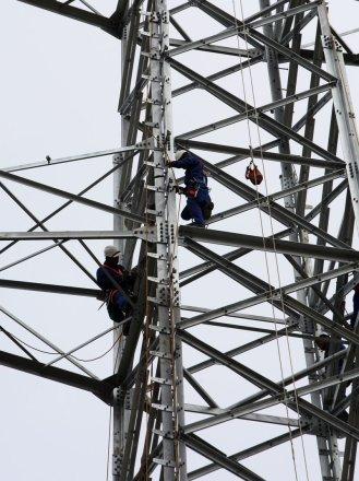 Operaris penjats en una torre a Santa Llogaia Foto: LLUÍS SERRAT.